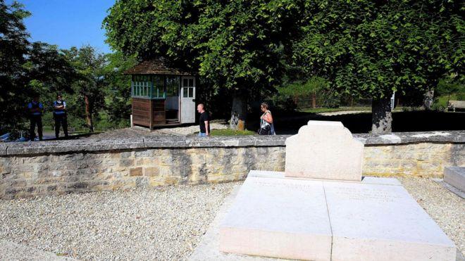 Картинки по запросу Вандалы во Франции повредили могилу генерала де Голля