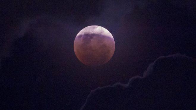 Esta foto aproximada da Lua foi tirada em Jacarta, na Indonésia
