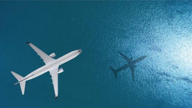 Avião sobre o mar