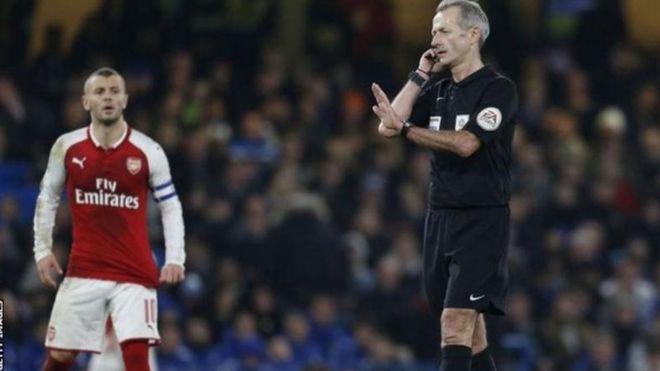 Kiungo wa kati wa Arsenal Jack Wilshere kushoto na refa wa mechi hiyo Martin Atkinson kulia