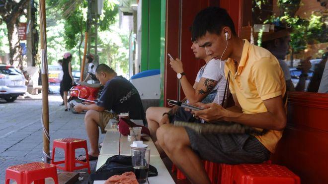 Ngày càng nhiều người Việt được tiếp cận với Internet, nhưng sự tự do truyền tải thông tin ngày càng thu hẹp.