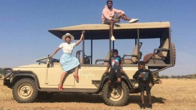 Usher Raymond akipiga picha na familia yake katika mbuga ya Serengheti nchini Tanzania