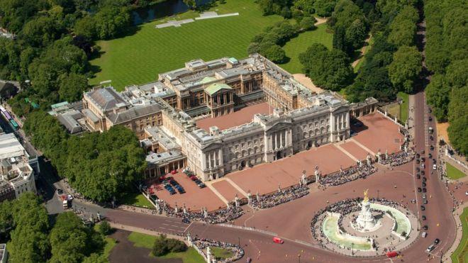 Buckingham Palace aerial view. Buckingham Palace to get  369m refurbishment   BBC News