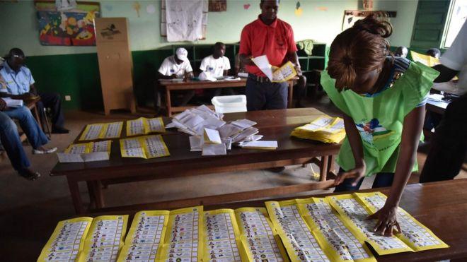Vote count in Bangui, 30 Dec 15