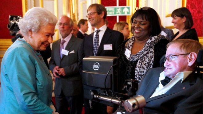 Rainha Elizabeth 2ª se encontra Stephen Hawking em maio de 2014