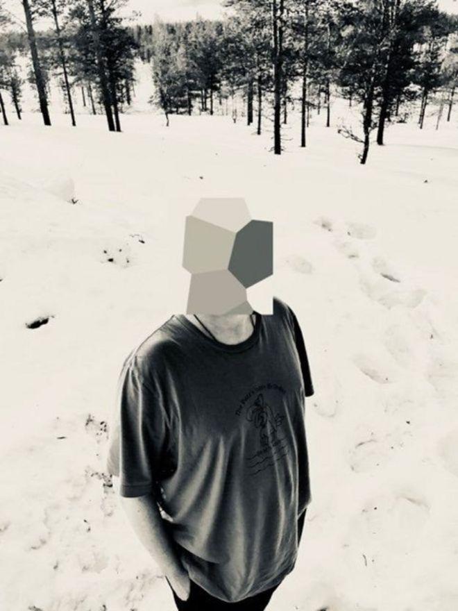 Un hombre con la cara cubierta