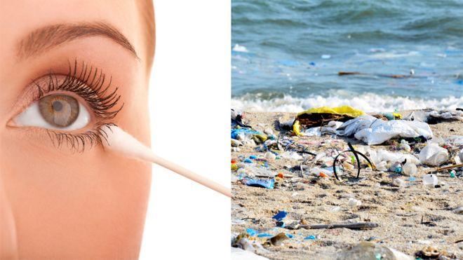 Imagens mostram mulher usando cotonete e lixo de plástico acumulado na areia da praia