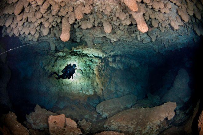 Xisco mergulha em caverna submersa na Maiorca