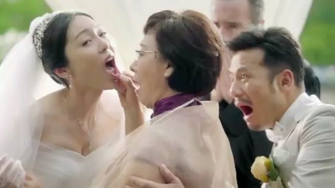 La madre del novio inspecciona a su nuera en plena boda.