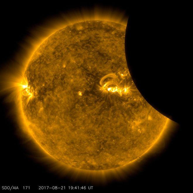 Güneş'ten geçen Ay'ın görüntüsü, 21 Ağustos 2017'de 171 angstrom ultra ultraviyole ışık altında SDO tarafından çekildi.