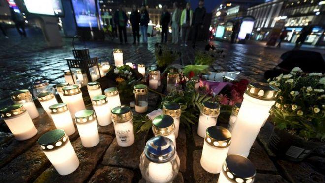Người dân thắp nến tưởng niệm tại nơi xảy ra vụ đâm chết người ở Turku