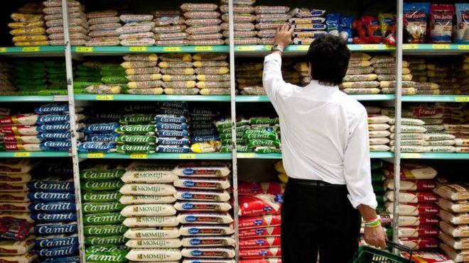 Homem em supermercado