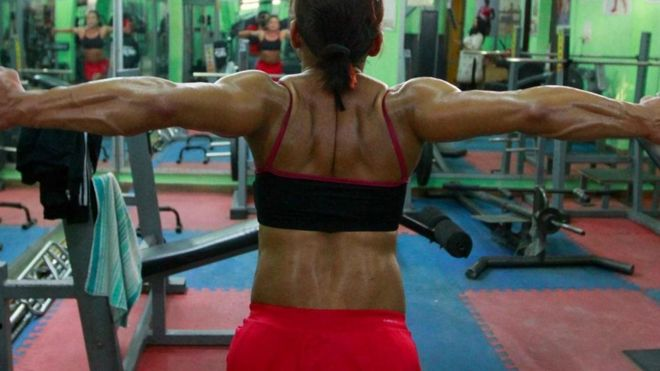 Mulher fazendo musculação