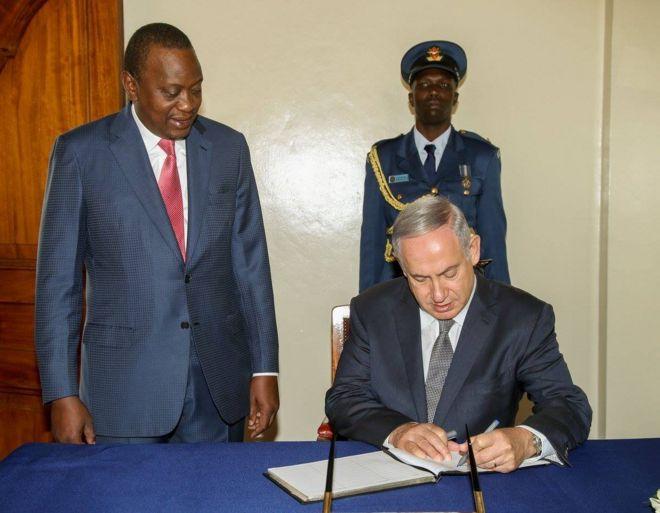 Rais Kenyatta na Waziri Mkuu wa Israel Benjamin Netanyahu. Wote wawili hutumia mkono wa kushoto