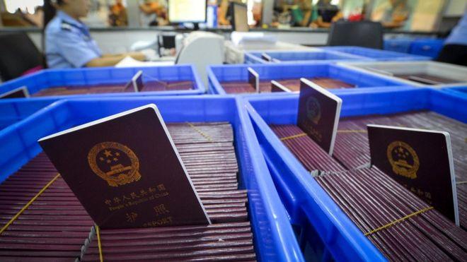 一處公安局辦證大廳內待發的中國護照(中新社資料圖片)