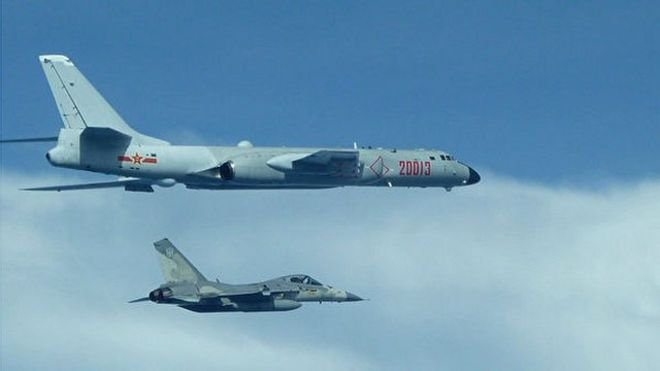 近日,中國大陸空軍飛機繞台灣巡航引發台海局勢緊張。圖為台灣國防部公布空軍拍攝的中共軍機畫面,圖中包含轟六轟炸機與台灣經國號戰機。