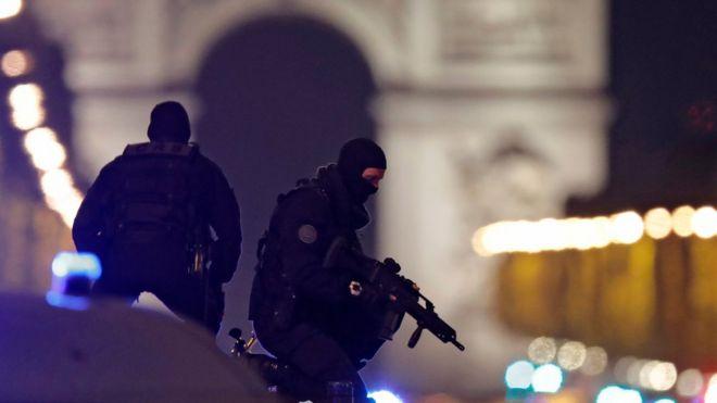 法国特警立即封锁香榭丽舍大街