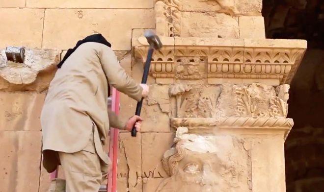 تخریب مجسمهها در شهر باستانی هترا در استان نینوای عراق