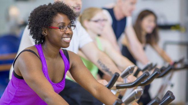 Pessoas fazem exercício em bicicletas ergométricas