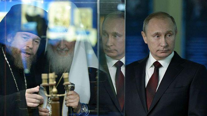 Tikhon Shevkunov (à esq.) e Vladimir Putin