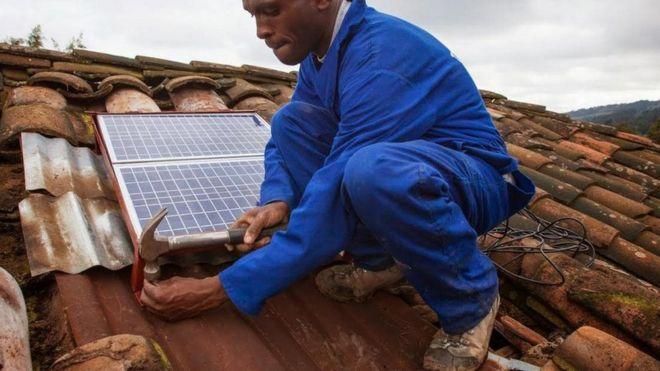 Instalação de uma BBOXX em Ruanda