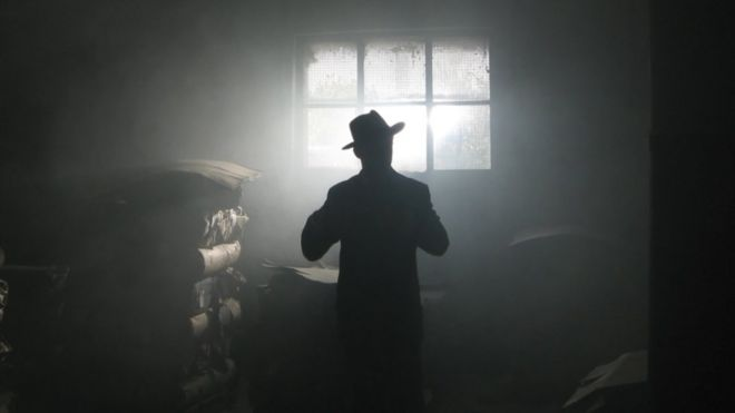 Un hombre en una ventana