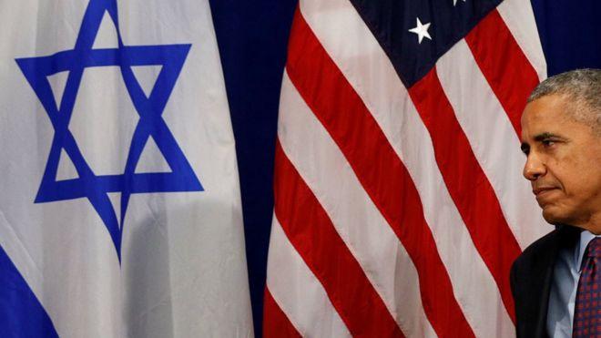 Barack Obama frente a banderas de Estados Unidos e Israel