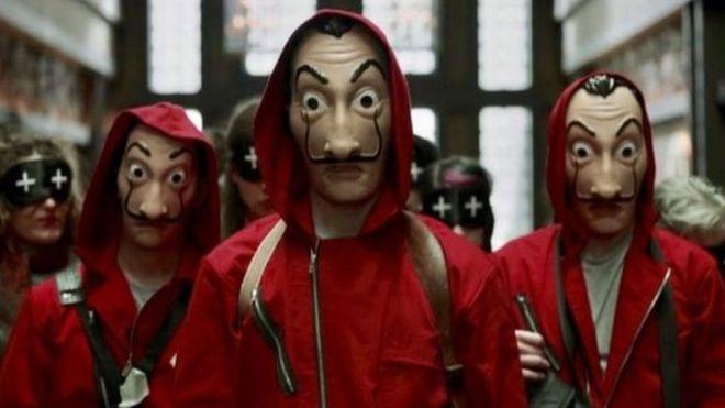 Personagens de La Casa de Papel usam máscaras de Salvador Dali