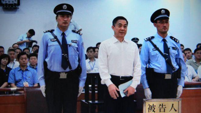 Màn hình chụp ông Bạc Hy Lai (giữa) tại phiên tòa hôm 22/9/2013. Ông Lai nhận án tù chung thân vì tội hối lộ, biển thủ và lạm dụng chức quyền.