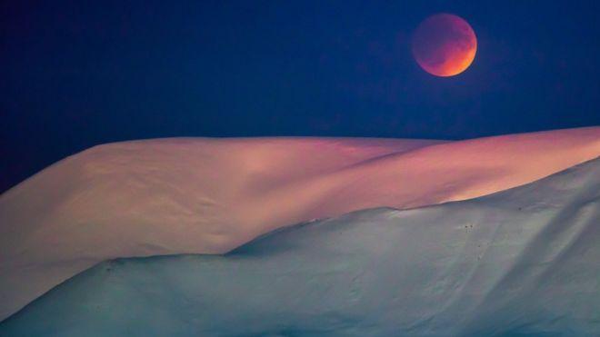 Lua é vista perto da neve na Noruega