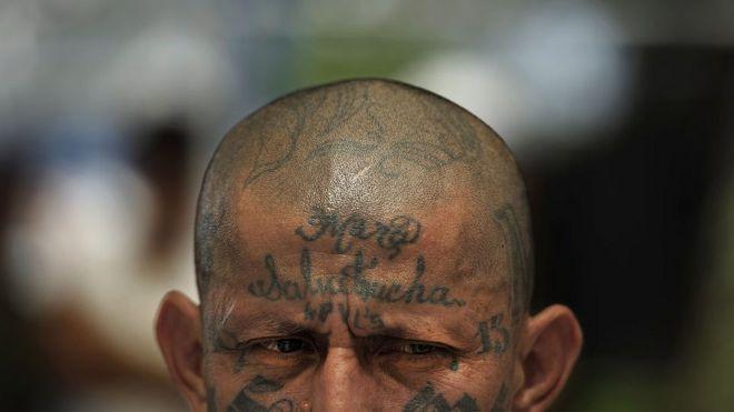Tatuagens no rosto e no peito identificam membros da gangue