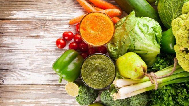 Sucos ao lado de legumes e verduras