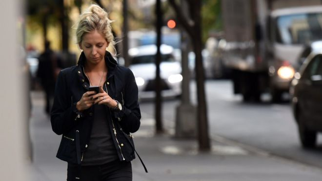 Honolulu bans texting while crossing streets in bid to curb injuries _97125452_phonestexting