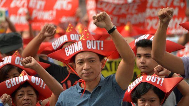 Người Philippines biểu tình phản đối Trung Quốc tại tòa lãnh sự Trung Quốc hôm 10/2