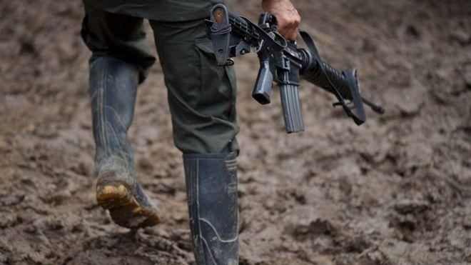 Un guerrillero con su arma