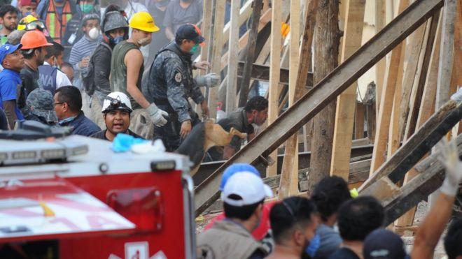 Resgate na escola Enrique Rebsamen na Cidade do México
