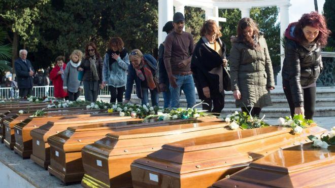 Hommage aux 26 jeunes migrantes noyées en Méditerranée début novembre alignés au cimetière de Salerne dans le sud de l'Italie, le 17 novembre 2017
