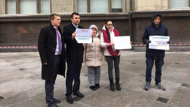 В России прошла серия одиночных пикетов в поддержку Леонида Слуцкого, которого журналистки обвинили в сексуальных домогательствах