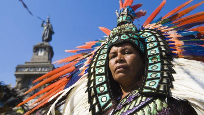 Imagem mostra homem vestido com traje asteca