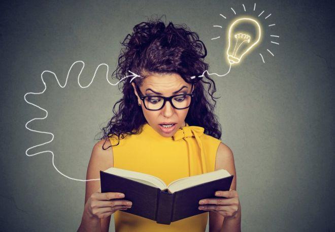 Mujer joven con libro.