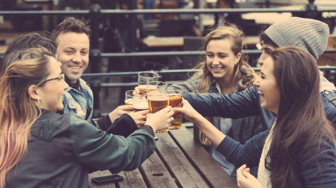 Amigos bebiendo