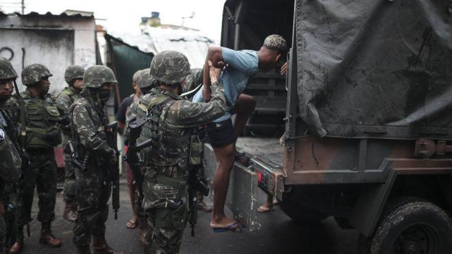 Forças Armadas participam de operação contra tráfico de drogas no Rio de Janeiro, em fevereiro de 2018