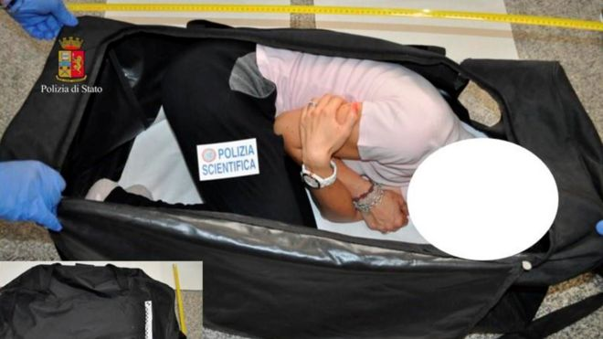 La modelo puesta en un maletero