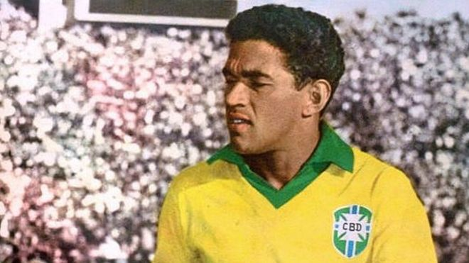 Garrincha con la camiseta de Brasil
