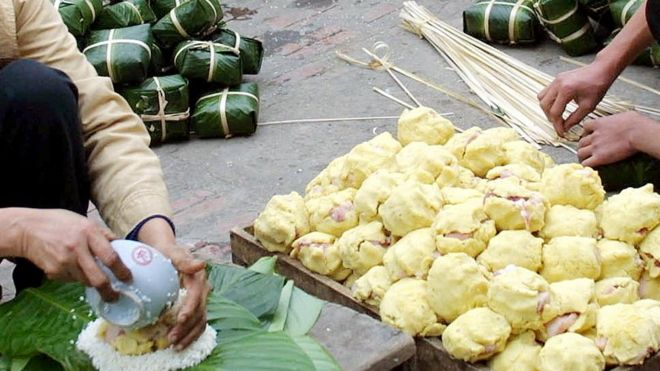 Làm bánh chưng cho ngày Tết ở Việt Nam