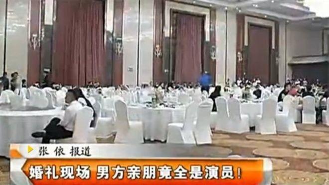 Truyền hình địa phương phát cảnh tượng sau đám cưới, với nhiều người khách ngỡ ngàng.
