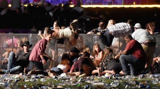警方呼籲音樂會場內觀眾設法躲避。