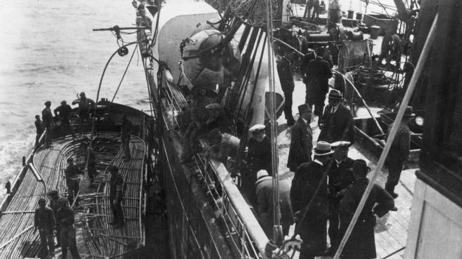 Colocación de cables submarinos de telégrafo a inicio de 1900.