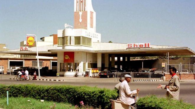 Sawirka garaashka iyo kaalinta shidaalka shirakdda Shell waxaa la qaaday sanaddii 1999.