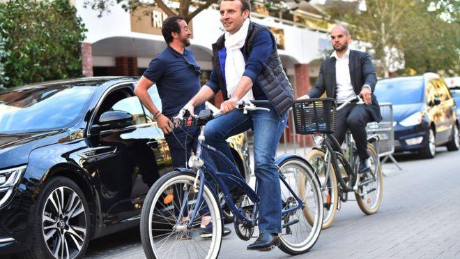 Emmanuel Macron circula de bicicleta neste sábado em Le Touquet, em 10 de junho de 2017
